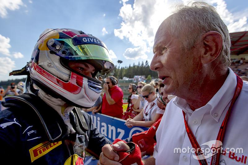 Il vincitore della gara Pierre Gasly, PREMA Racing con il Dr. Helmut Marko