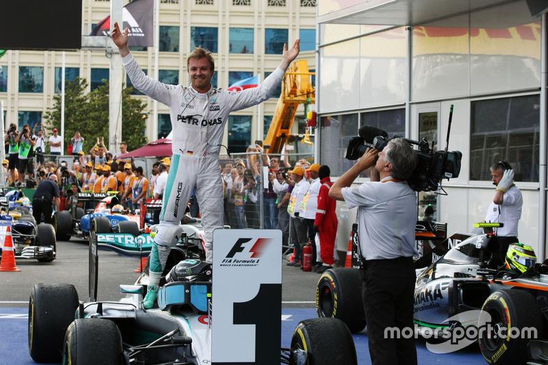 Ganador de la carrera Nico Rosberg, Mercedes AMG F1 W07 Hybrid celebra en parc ferme