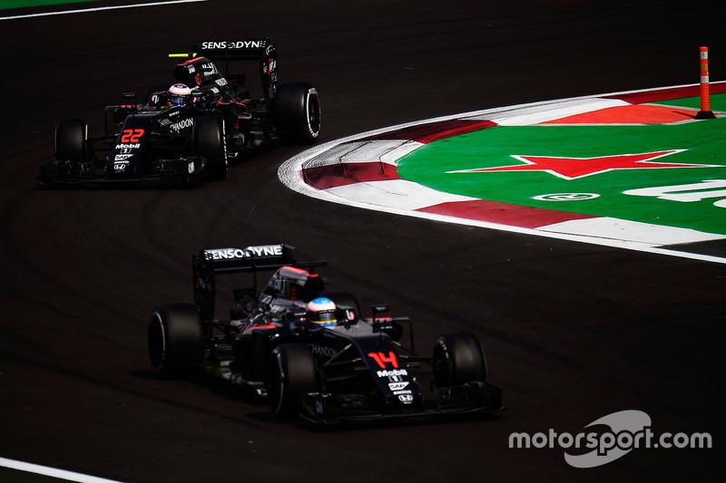 Jenson Button, McLaren MP4-31 fsigue a Fernando Alonso, McLaren MP4-31