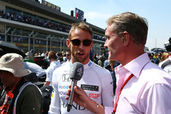 Jenson Button, McLaren met David Coulthard, Red Bull Racing en Scuderia Toro Rosso adviseur / Channe