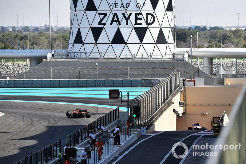 Carlos Sainz Jr., McLaren MCL33 et Lance Stroll, Racing Point Force India VJM11