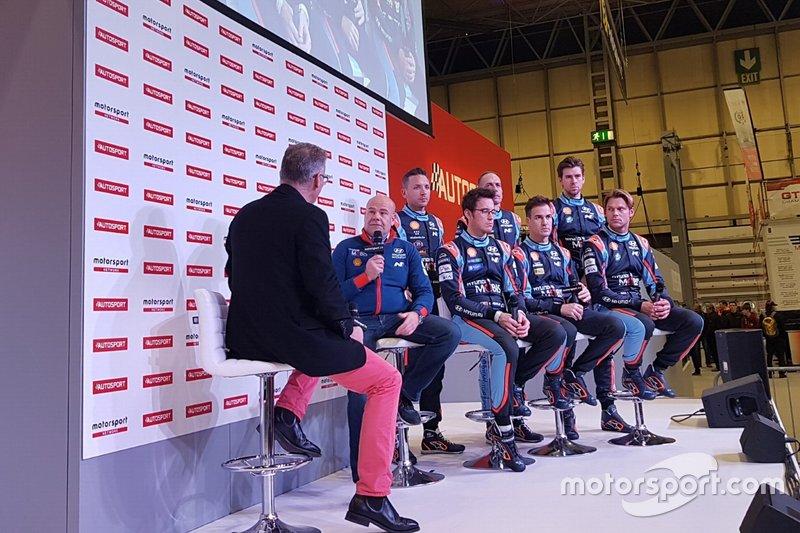 Andrea Adamo, Team Director, Hyundai Motorsport, Nicolas Gilsoul, Carlos del Barrio, Anders Jäger, Thierri Neuville, Dani Sordo, Andreas Mikkelsen, sul palco di Autosport