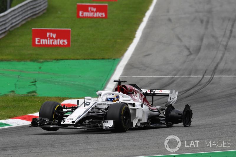 Marcus Ericsson, Alfa Romeo Sauber C37 with rear puncture and damage on lap one
