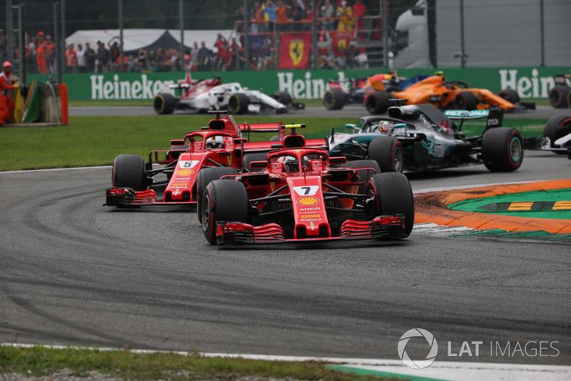 Kimi Raikkonen, Ferrari SF71H por delante de Sebastian Vettel, Ferrari SF71H al inicio de la carrera