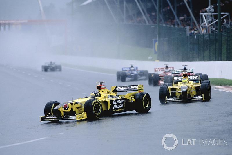 Организаторы снова выпустили машину безопасности, первые два места за которой сенсационно занимали две желтые машины – впервые в истории Jordan!