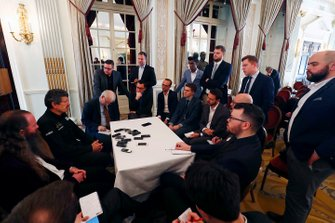 Günther Steiner, Team Principal, Haas F1 et William Storey, PDG Rich Energy parlent aux médias