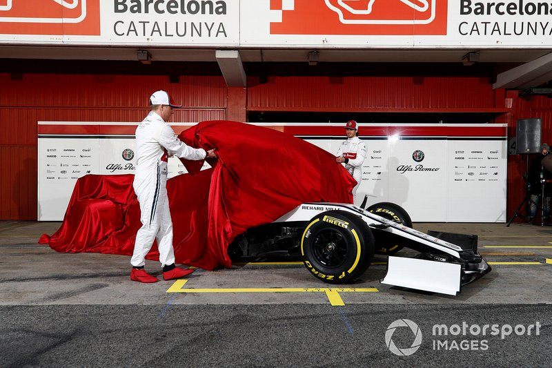 Kimi Raikkonen, Alfa Romeo Racing et Antonio Giovinazzi, Alfa Romeo Racing dévoilent la nouvelle Alfa Romeo Racing C38