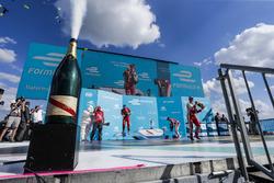 Felix Rosenqvist, Mahindra Racing, Lucas di Grassi, ABT Schaeffler Audi Sport, y Nick Heidfeld, Mahindra Racing, celebran en el podio