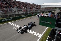Финиш: победитель Льюис Хэмилтон, Mercedes AMG F1 W08