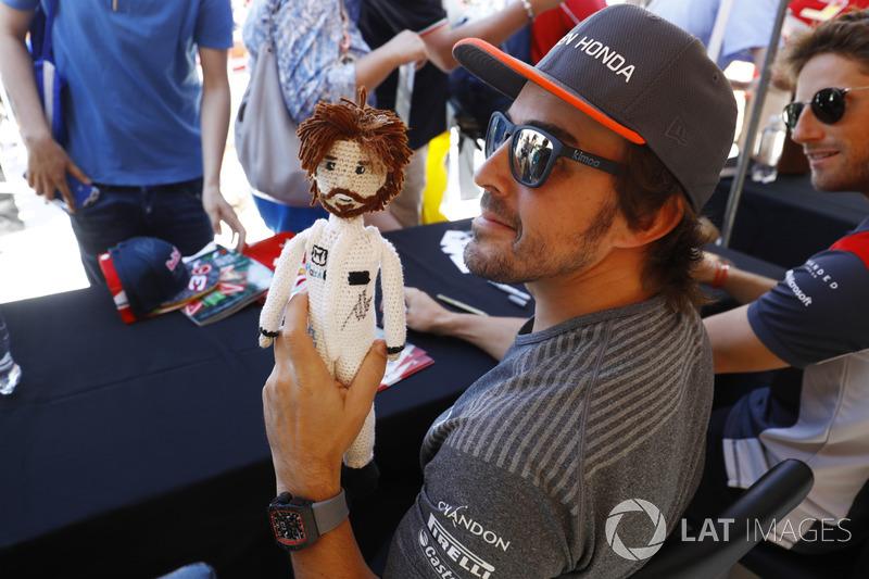 Фернандо Алонсо, McLaren, з іграшкою
