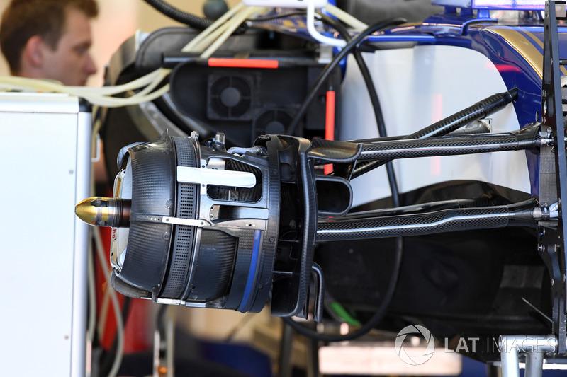 Sauber C36, detalle del freno delantero y del cubo del neumático