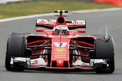 Kimi Raikkonen, Ferrari SF70H,  con una foratura all'anteriore