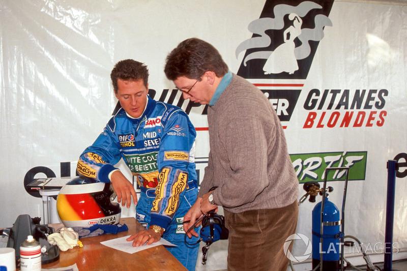Michael Schumacher y el director técnico Ross Brawn evalúan el rendimiento del Ligier JS39B y el motor Renault V10 (1994)