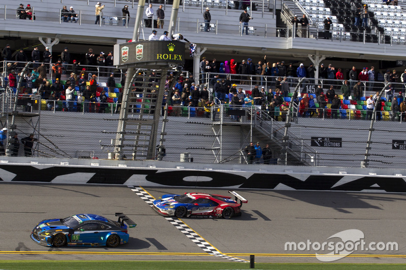 Aan de finish: #66 Ford Performance Chip Ganassi Racing Ford GT: Joey Hand, Dirk Müller, Sébastien B
