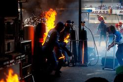 Feuer während des Boxenstopps von Jos Verstappen, Benetton B194 Ford