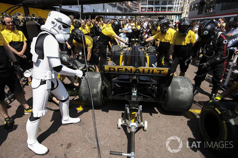 a star wars storm trooper gets involved a renault sport f1 team pit stop at monaco gp. Black Bedroom Furniture Sets. Home Design Ideas