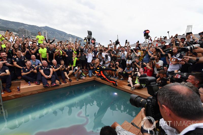 Yarış galibi Daniel Ricciardo, Red Bull Racing, Red Bull Energy Station havuzuna atlıyor