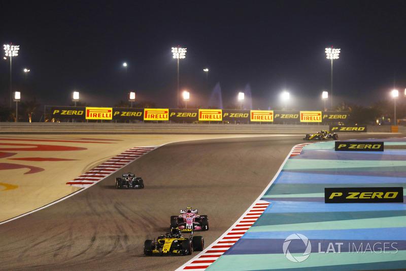 Nico Hulkenberg, Renault Sport F1 Team R.S. 18, leads Esteban Ocon, Force India VJM11 Mercedes, and Lewis Hamilton, Mercedes AMG F1 W09
