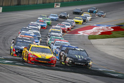 Joey Logano, Team Penske, Ford Fusion Shell Pennzoil and Kurt Busch, Stewart-Haas Racing, Ford Fusion Monster Energy / Haas Automation lead the field to the green on a restart