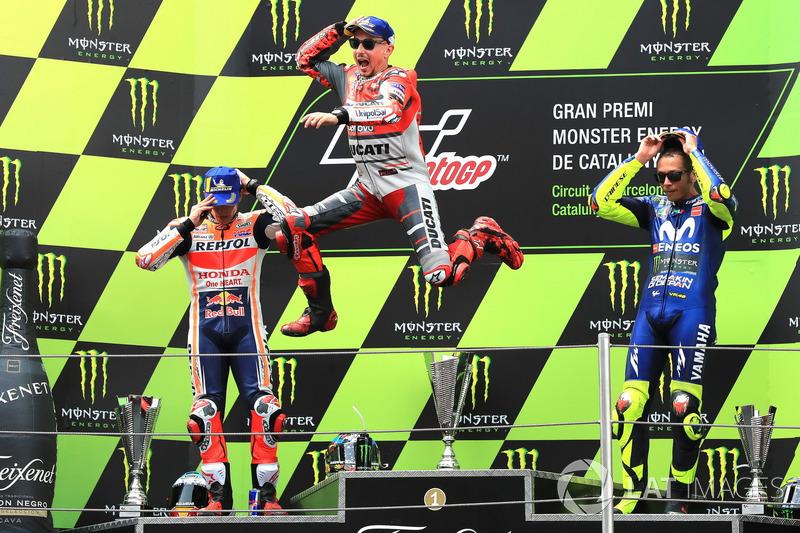 Podio. el segundo clasificado Marc Marquez, Repsol Honda Team, el ganador de la carrera Jorge Lorenzo, Ducati Team, y el tercero Valentino Rossi, Yamaha Factory Racing