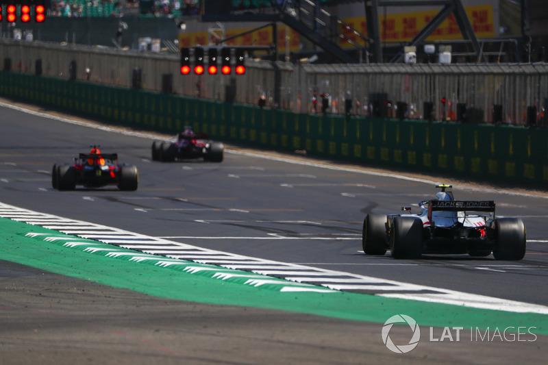 Daniel Ricciardo, Red Bull Racing RB14, Marcus Ericsson, Sauber C37, et Kevin Magnussen, Haas F1 Team VF-18, alignés pour des essais de départ