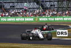 Marcus Ericsson, Sauber C37, Romain Grosjean, Haas F1 Team VF-18