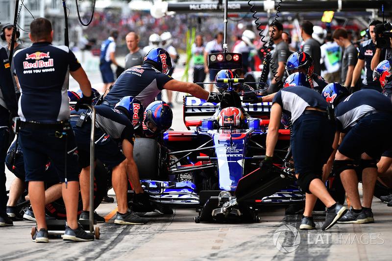 Pierre Gasly, Scuderia Toro Rosso STR12 pit stop