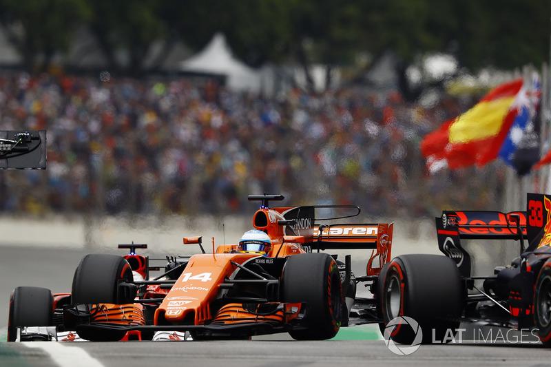 Fernando Alonso, McLaren MCL32, pasa a Max Verstappen, Red Bull Racing RB13, en pits