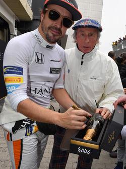 Фернандо Алонсо, McLaren, підписує бутилку шампанського для Джекі Стюарта