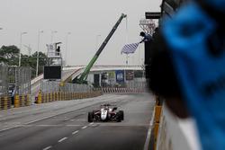 Bandiera a scacchi per Callum Ilott, SJM Theodore Racing by Prema, Dallara Mercedes