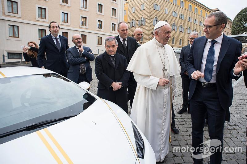 Paus Franciscus met Stefano Domenicali, Lamborghini CEO
