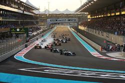 Lewis Hamilton, Mercedes F1 W07 Hybrid, Nico Rosberg, Mercedes F1 W07 Hybrid, Kimi Raikkonen, Ferrari SF16-H, Daniel Ricciardo, Red Bull Racing RB12, y el resto de los coches
