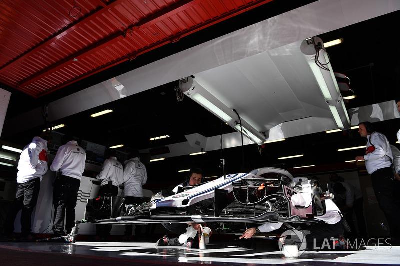 Автомобиль Alfa Romeo Sauber C37 в гараже