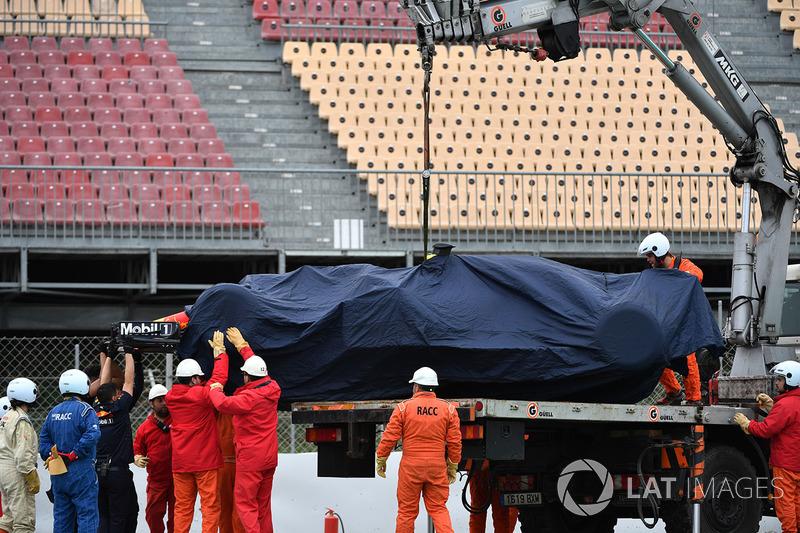 La monoposto di Max Verstappen, Red Bull Racing RB14 viene recuperata dalla ghiaia
