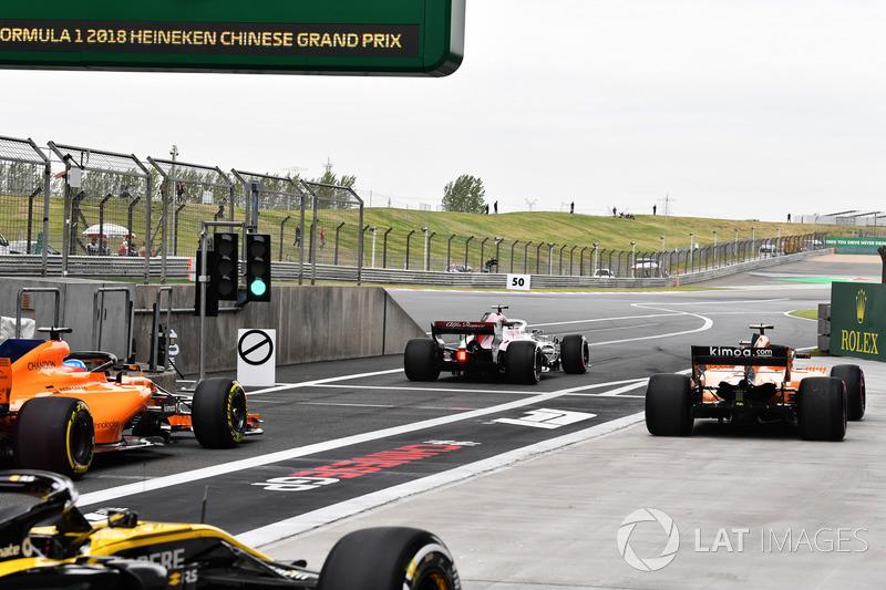 Фернандо Алонсо, McLaren MCL33, Маркус Эрикссон, Alfa Romeo Sauber C37, и Стоффель Вандорн, McLaren MCL33