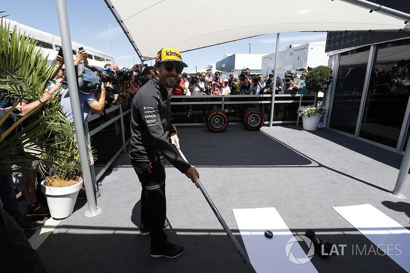 Fernando Alonso, McLaren, est filmé en train de jouer au hockey