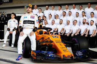 Lando Norris, McLaren, Fernando Alonso, McLaren, e il team McLaren