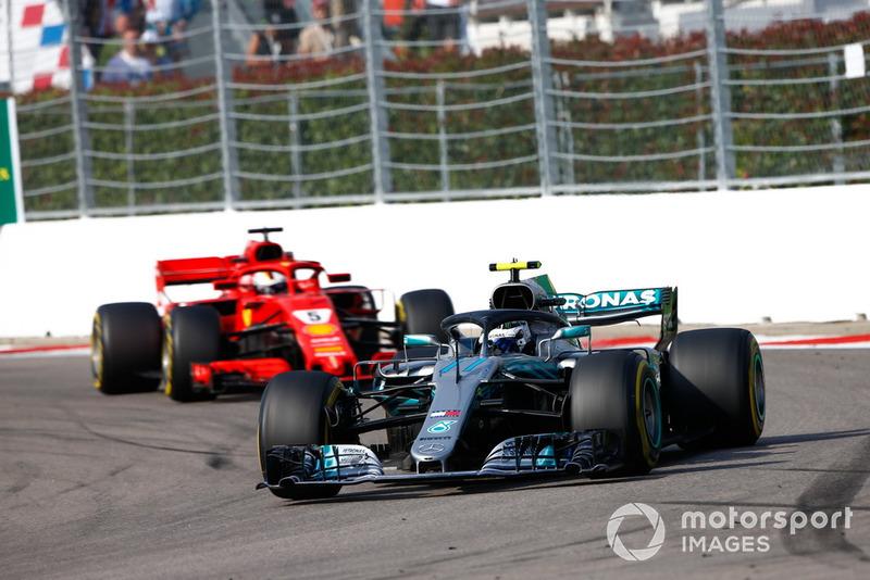 Valtteri Bottas, Mercedes AMG F1 W09 y Sebastian Vettel, Ferrari SF71H