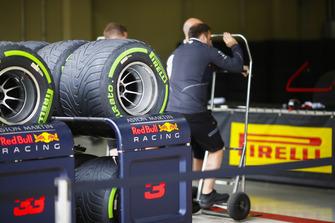 Pneumatici Pirelli davanti al garage Red Bull