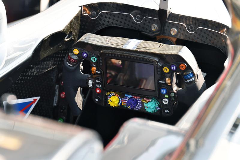 Mercedes AMG F1 W09, кермо