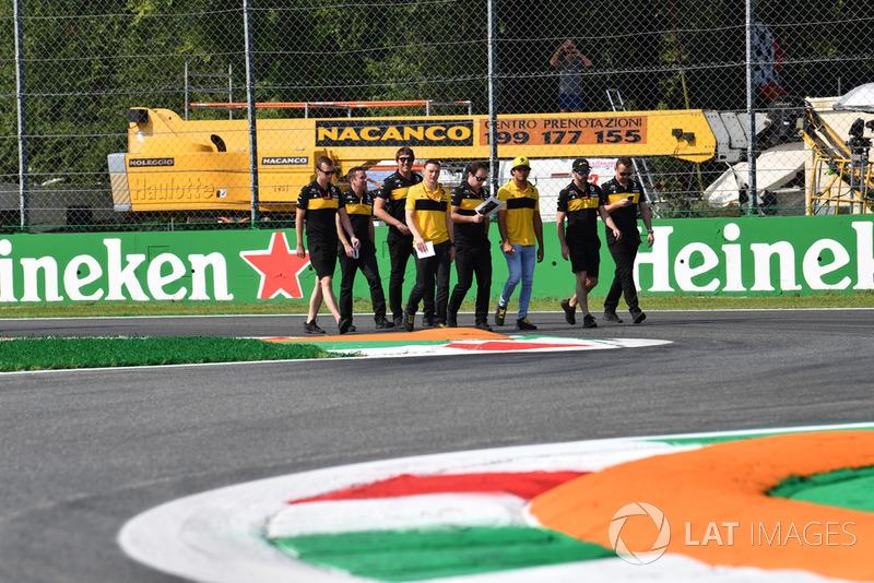 Carlos Sainz Jr., Renault Sport F1 Team ispeziona il circuito