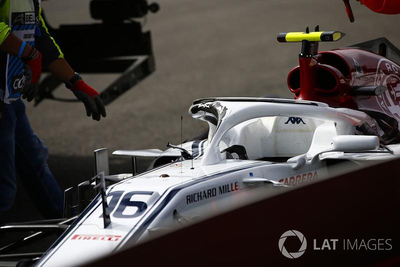 Маршали прибирають розбиту машину Шарля Леклера, Sauber C37, після аварії на першому колі