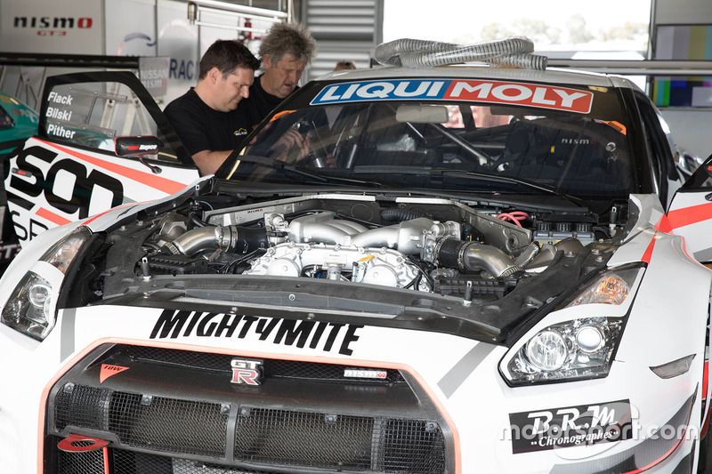 Nissan GT-R NISMO GT3 los miembros del equipo en el trabajo