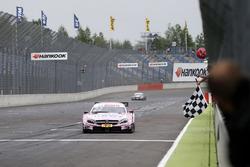 Checkered flag for Lucas Auer, Mercedes-AMG Team HWA, Mercedes-AMG C63 DTM