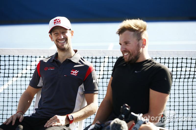 Romain Grosjean, Haas F1 Team, mit Paralympics-Champion Dylan Alcott