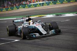 Lewis Hamilton, Mercedes AMG F1 W08, fête la victoire à la fin de la course