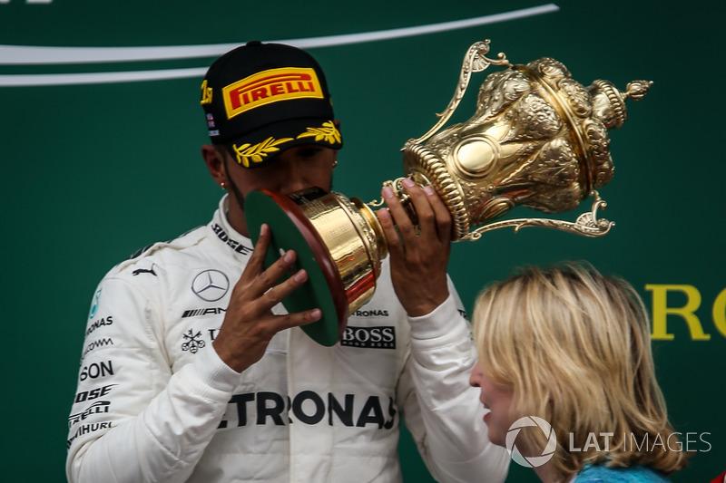 Ganador de la carrera Lewis Hamilton, Mercedes AMG F1 recibe el trofeo de los ganadores de Karen Bra