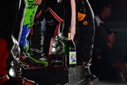 Победители гонки Скотт Шарп, Райан Дил и Брендон Хартли, Tequila Patrón ESM на подиуме
