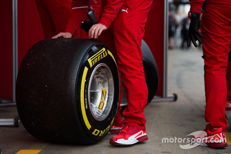 Ferrari mechanics with Pirelli tyres
