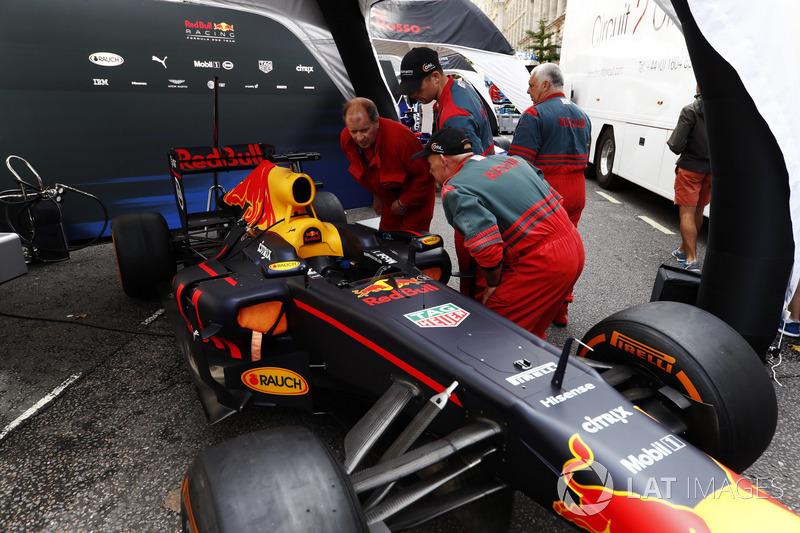 Petugas keselematan di tenda Red Bull Racing